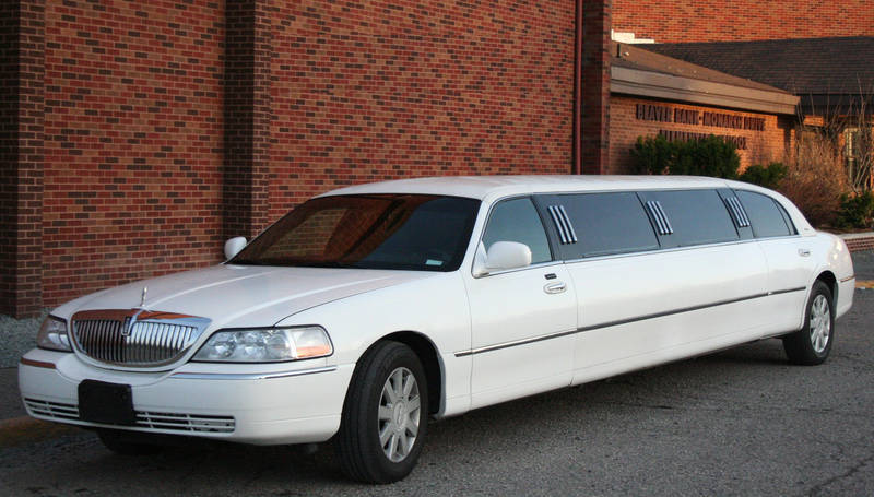 Lincoln Town Car Limo 10 Passenger White Allure Limo
